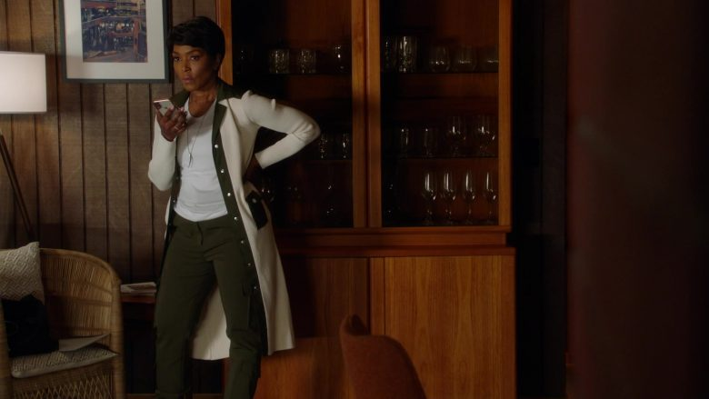 Apple iPhone Smartphone Used by Angela Bassett as Athena Carter Nash (2)