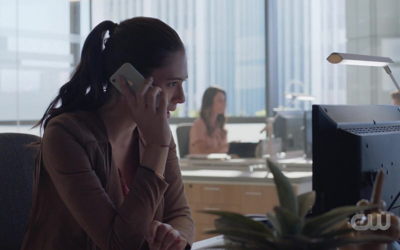 Apple iPhone Smartphone Used by Nicole Maines as Nia Nal Dreamer in Supergirl (1)