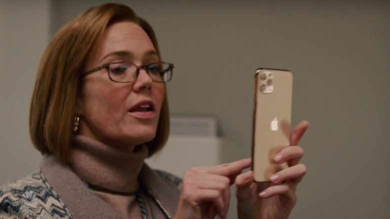 "Apple iPhone 11 Pro Gold Smartphone Used by Mandy Moore as Rebecca Pearson in This Is Us Season 4 Episode 8 ""Sorry"" (2019) - TV Show Product Placement"