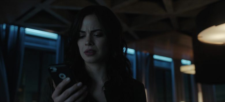 """Apple iPhone Smartphone in Titans: Season 2, Episode 11 """"E.L._.O."""" (2019) - TV Show Product Placement"""