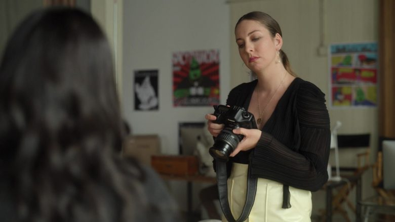 """Canon Camera in Dollface Season 1 Episode 1 """"Guy's Girl"""" (2019) - TV Show Product Placement"""