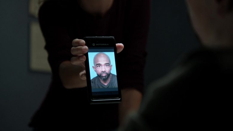 Motorola Mobile Phone in Chicago P.D. Season 7 Episode 7 Informant (2019)