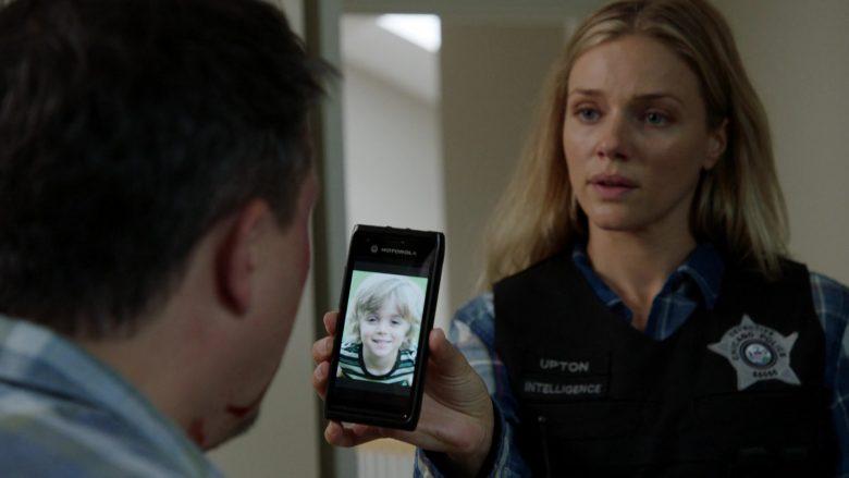"Motorola Smartphone in Chicago P.D. Season 7 Episode 8 ""No Regrets"" (2019) - TV Show Product Placement"