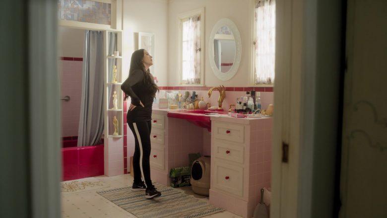 Nike Sneakers Worn by Kat Dennings as Jules in Dollface Season 1 Episode 8 Mama Bear (3)