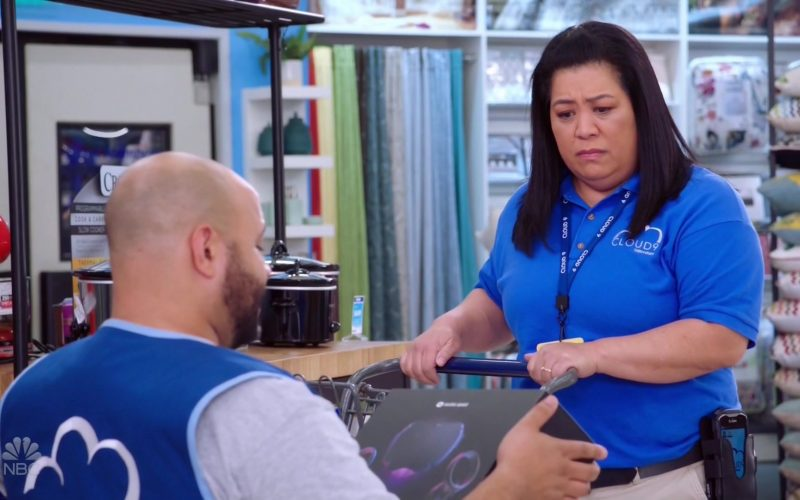 Oculus Quest Virtual Reality Headsets in Superstore Season 5 Episode 9 (1)