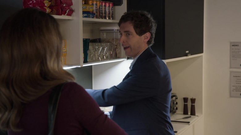 """Oreo Cookies in Silicon Valley Season 6 Episode 2 """"Blood Money"""" (2019) - TV Show Product Placement"""