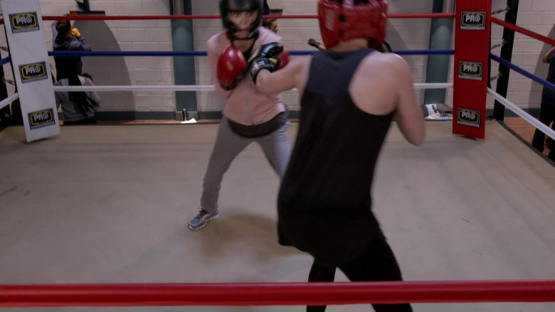 """PRO Boxing Equipment in Mom Season 7 Episode 6 """"Wile E. Coyote and a Pretentious Douche"""" (2019) - TV Show Product Placement"""