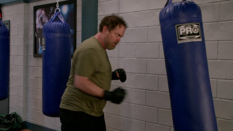 """Pro Boxing Punching Bag Used by Rainn Wilson in Mom Season 7 Episode 6 """"Wile E. Coyote and a Pretentious Douche"""" (2019) - TV Show Product Placement"""