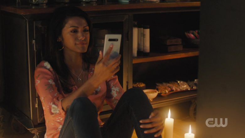 "Samsung Galaxy Smartphones in Charmed Season 2 Episode 5 ""The Truth About Kat and Dogs"" (2019) - TV Show Product Placement"