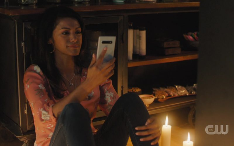 Samsung Galaxy Smartphones in Charmed Season 2 Episode 5 The Truth About Kat and Dogs (2)