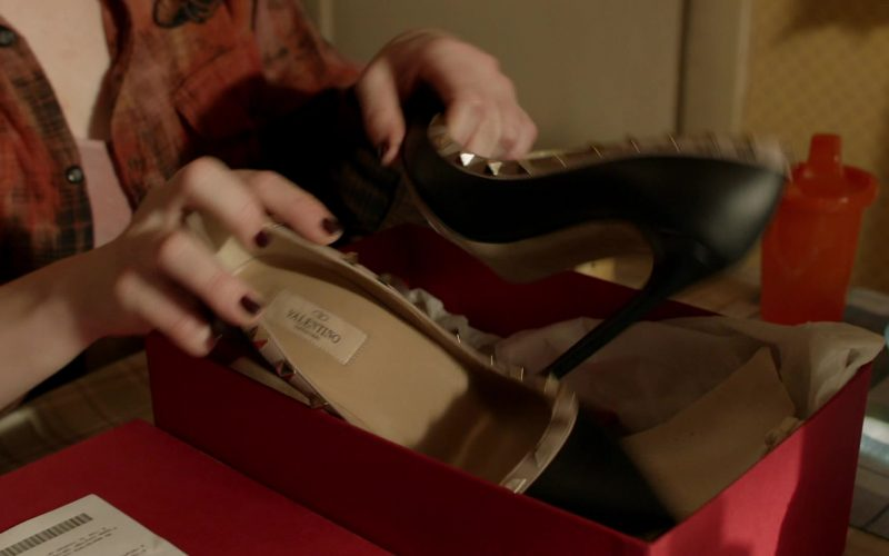 Valentino Pumps Held by Emma Kenney as Debbie Gallagher in Shameless Season 10 Episode 2 (1)