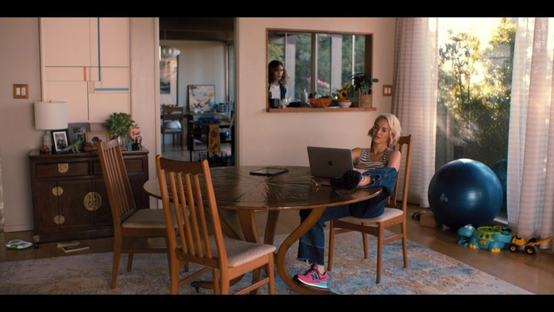 Apple MacBook Laptop and New Balance Shoes Worn by Leisha Hailey as Alice Pieszecki in The L Word Generation Q Se