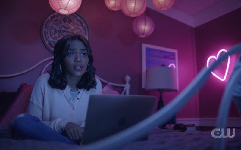 Apple MacBook Laptop in Black Lightning Season 3 Episode 9