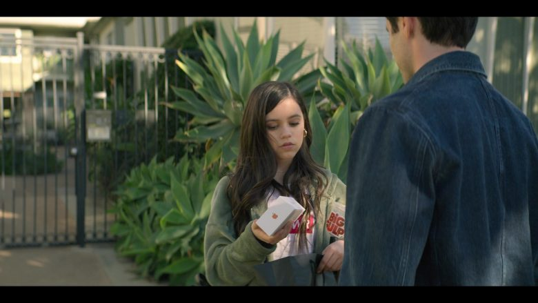 Apple iPhone Smartphone Held by Jenna Ortega as Ellie Alves in YOU Season 2 Episode 1 A Fresh Start (2)