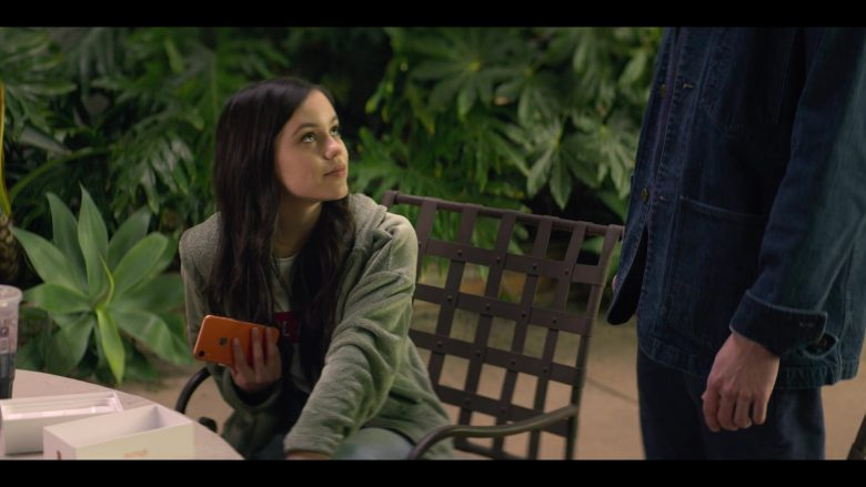 Apple iPhone Smartphone Held by Jenna Ortega as Ellie Alves in YOU Season 2 Episode 1 A Fresh Start (5)