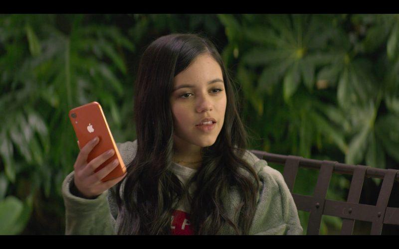 Apple iPhone Smartphone Held by Jenna Ortega as Ellie Alves in YOU Season 2 Episode 1 A Fresh Start (6)