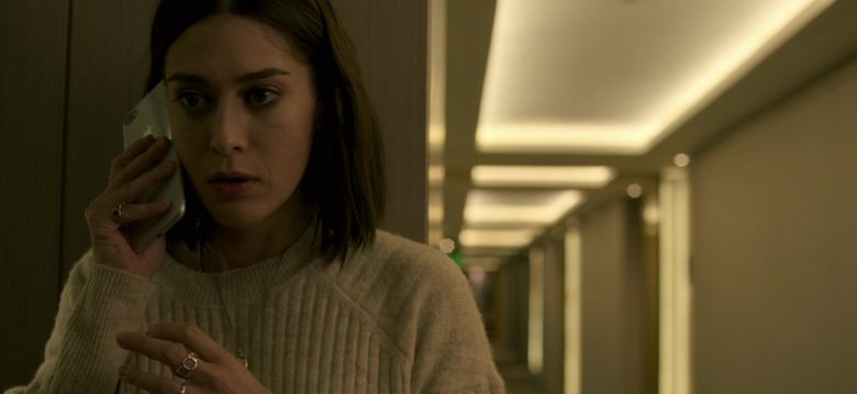 Apple iPhone Smartphone Held by Lizzy Caplan in Truth Be Told Season 1 Episode 5 Graveyard Love (3)