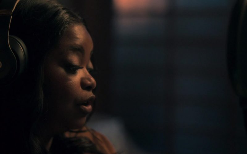 Beats Headphones Worn by Octavia Spencer as Poppy Parnell in Truth Be Told Season 1 Episode 6 No Buried, Planted (3)