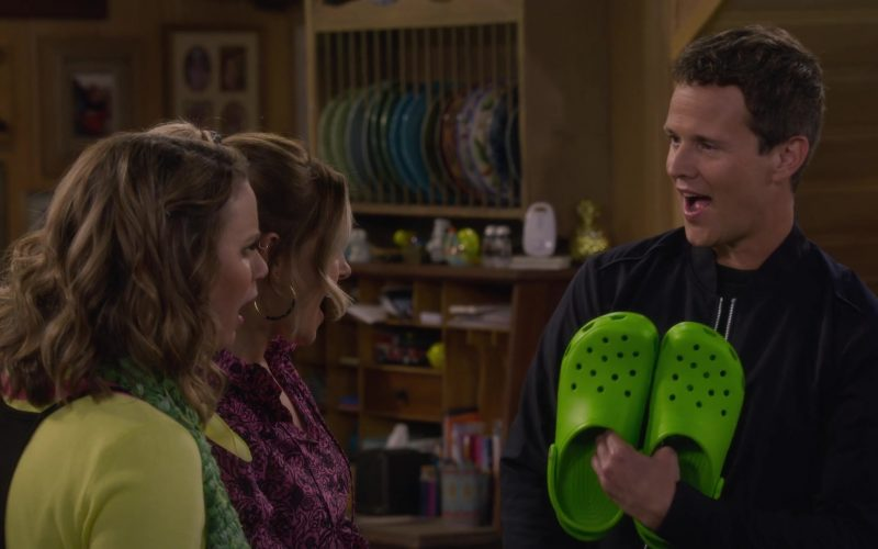 Crocs Unisex Classic Green Clog in Fuller House Season 5 Episode 2 Hale's Kitchen (1)