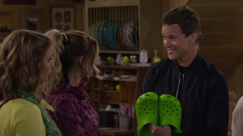 Crocs Unisex Classic Green Clog in Fuller House Season 5 Episode 2 Hale's Kitchen (2)