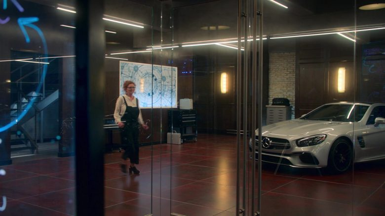Mercedes-Benz Car in Runaways Season 3 Episode 6 Merry Meet Again (1)
