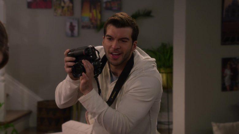 Nikon Camera in Fuller House Season 5 Episode 1 (1)