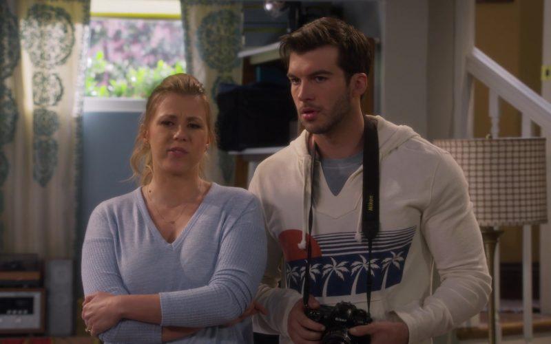 Nikon Camera in Fuller House Season 5 Episode 1 (2)