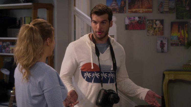 Nikon Camera in Fuller House Season 5 Episode 1 (3)