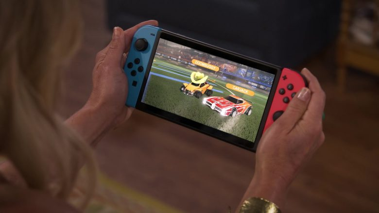 Nintendo Switch Console Held by Candace Cameron Bure as D.J. Tanner-Fuller in Fuller House Season 5 Episode 5 (2)