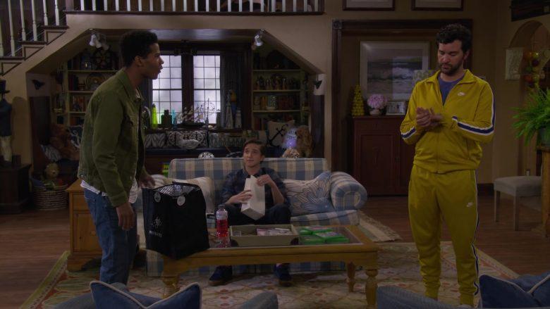 Postmates Bag in Fuller House Season 5 Episode 2 Hale's Kitchen (1)