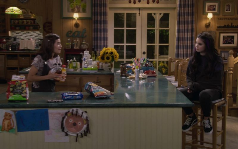Ritz Crisp Thins and Oreo Cookies in Fuller House Season 5 Episode 4