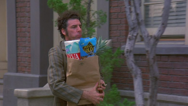 Rold Gold Pretzels Held by Michael Richards as Cosmo Kramer in Seinfeld Season 7 Episode 14-15 The Cadillac (1)