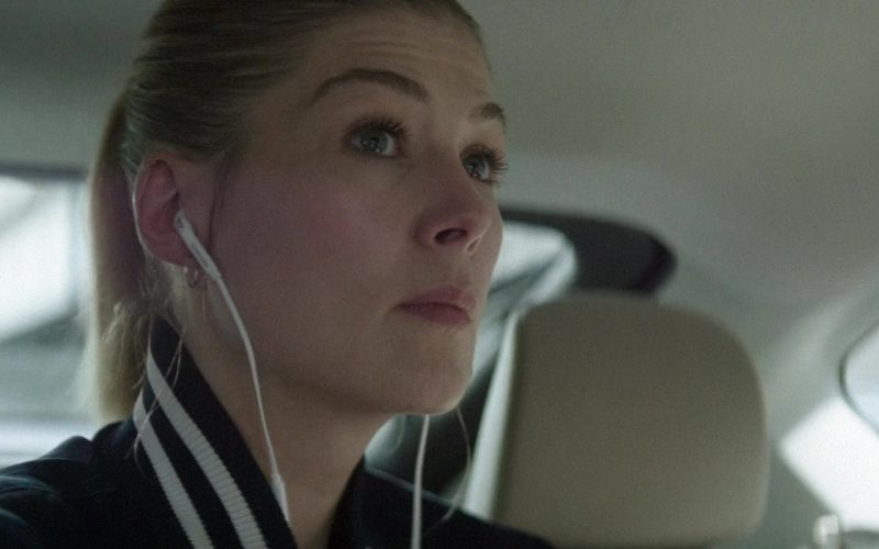 Samsung Earphones Used by Rosamund Pike in The Informer (1)