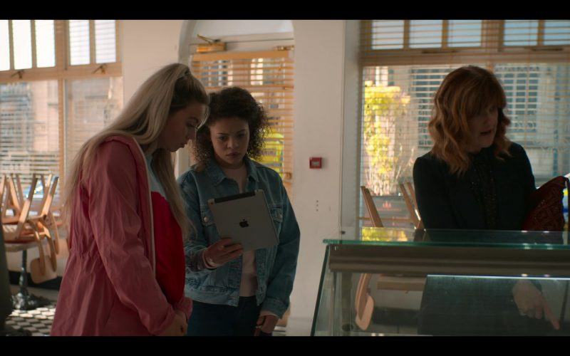 Apple iPad Tablet in The Stranger Episode 6 (2020)