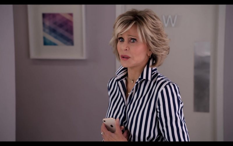Apple iPhone Smartphone Held by Jane Fonda in Grace and Frankie Season 6 Episode 10 The Scent (1)