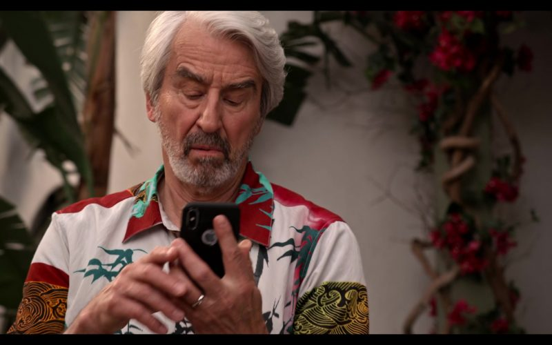 Apple iPhone Smartphone Held by Sam Waterston as Sol in Grace and Frankie Season 6 Episode 11 The Laughing Stock (1)