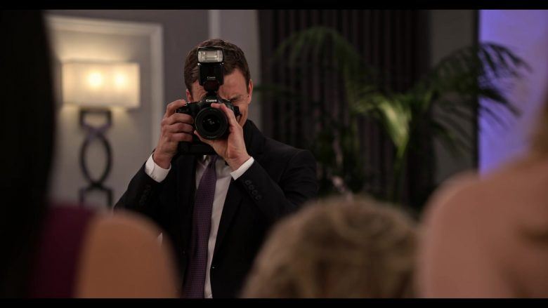 Canon Camera in Grace and Frankie Season 6 Episode 3 The Trophy Wife (2)