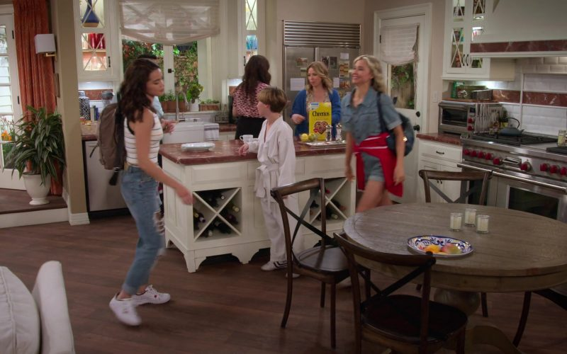 Cheerios Cereal in Alexa & Katie Season 3 Episode 1 1st Day of Junior Year (1)