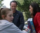 Geotoys Puzzle Held by Michaela Watkins as Delia in The Unicorn Season 1 Episode 11 If It Doesn't Spark Joy (3)
