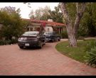 Lincoln Car in Grace and Frankie Season 6 Episode 1 The Newlyweds (1)