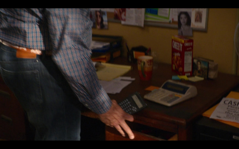 Cheez-It Crackers in Gentefied S01E03 Bad Hombres (2020)