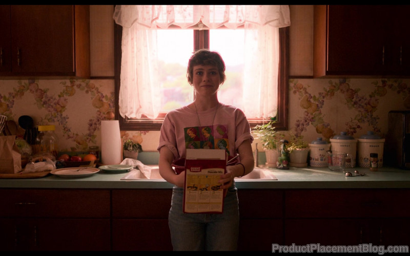 Giant Eagle Pancake Mix Held by Sophia Lillis as Sydney Novak in I Am Not Okay with This S01E07 (2)