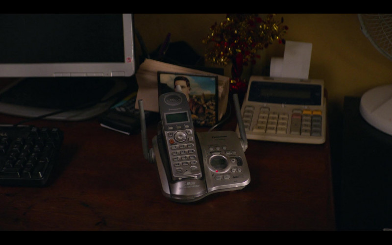 Panasonic Phone in Gentefied S01E10 Delfina (2020)