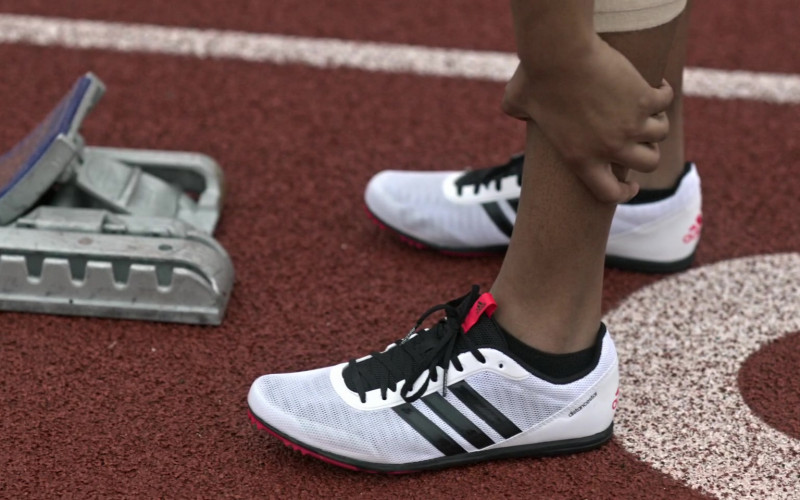 Adidas Distancestar Shoes in Amazing Stories S01E02 The Heat (1)