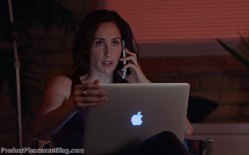 Apple MacBook Laptop Used by Catherine Reitman as Kate Foster in Workin' Moms S04E03 (3)
