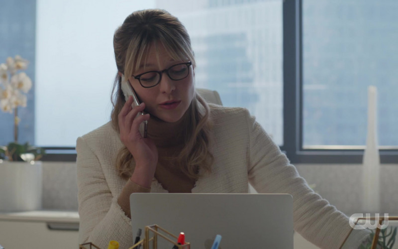 Apple MacBook Laptop Used by Melissa Benoist as Kara Danvers in Supergirl S05E15