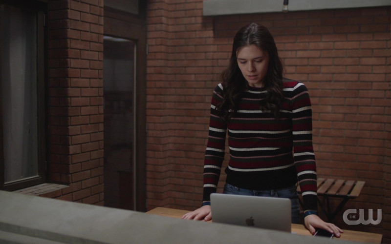 Apple MacBook Laptop Used by Nicole Maines as Nia Nal Dreamer in Supergirl S05E15