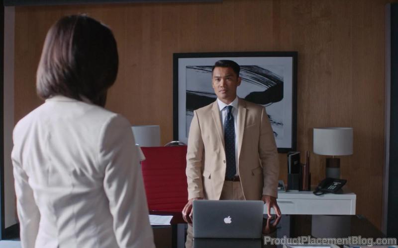 Apple MacBook Laptops in Workin' Moms S04E04 No One's Coming (2)