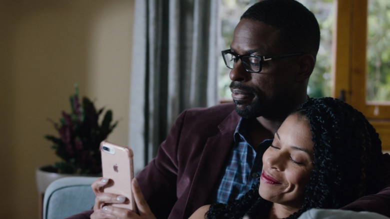 Apple iPhone Mobile Phone Held by Susan Kelechi Watson as Beth (Clarke) Pearson in This Is Us S04E18 (2)