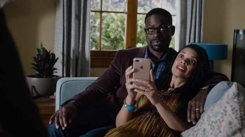 Apple iPhone Mobile Phone Held by Susan Kelechi Watson as Beth (Clarke) Pearson in This Is Us S04E18 (3)